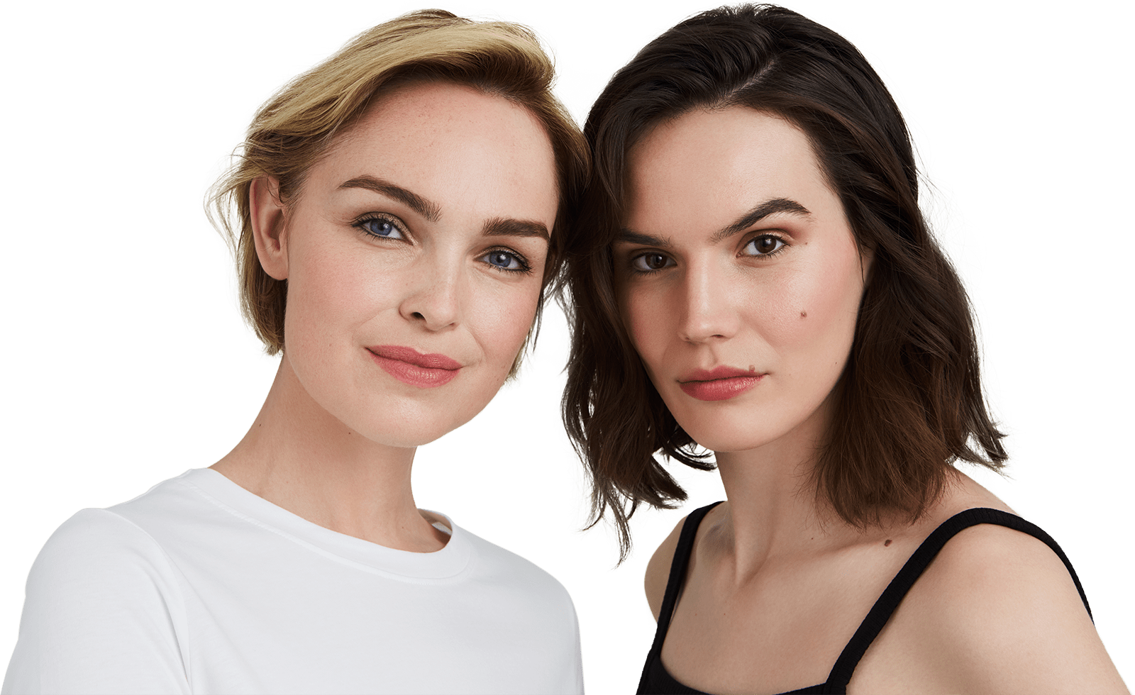Zwei Frauen blicken zusammen in die Kamera.