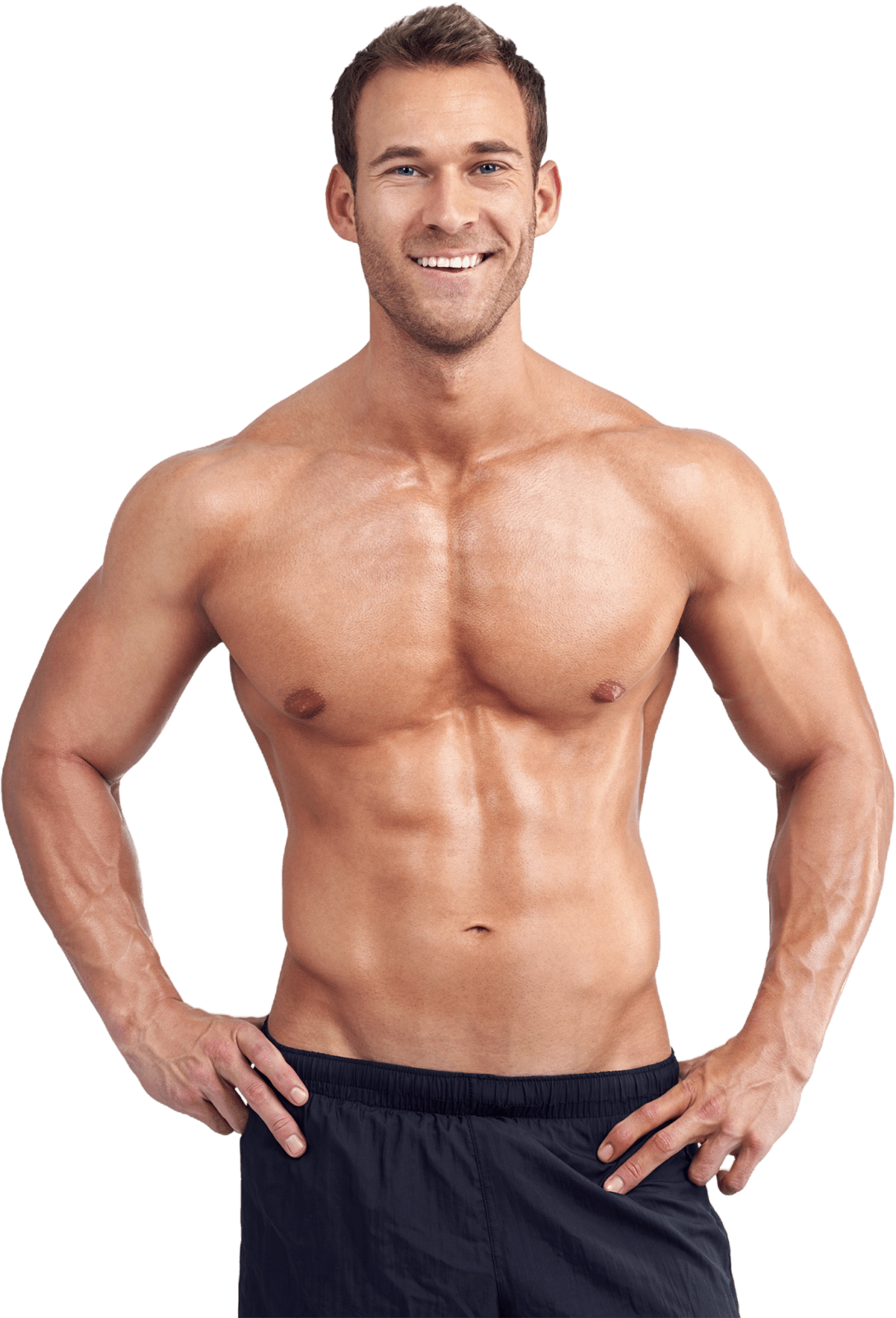 Ein Mann mit nacktem Oberkörper schaut lächelnd in die Kamera.
