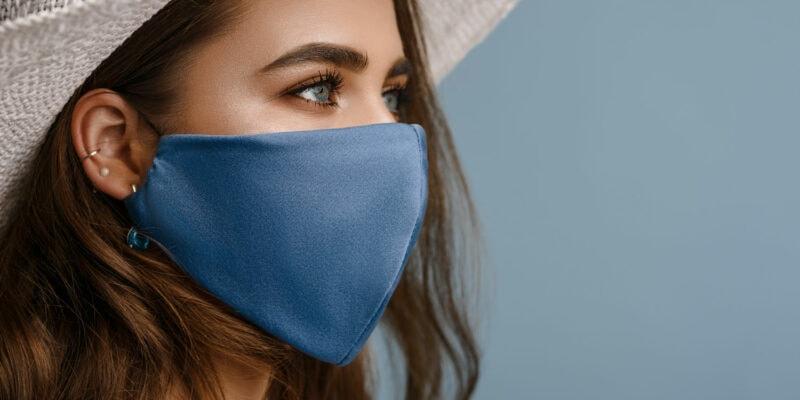 Seitenprofil einer Frau mit blauer Schutzmaske